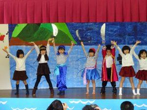 <p>戦いが始まる曲をみんなで歌って踊って、劇を盛り上げます。<br />さすがに年長さんと年中さん。<br />大きな動きで、とてもかっこよく踊れています。</p>
