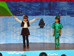 <p>私はピーターパンが好き!海賊フックは大嫌いと切々と歌い上げます。<br />それを聞いているピーターパン。<br />でも、ピーターパンの視線に注目!!<br />「タイガーリリー、踊り上手じゃない。ブーツもおしゃれね。ビーズなんか付けてもらってるじゃない」<br />とか思っているのかな?</p>
