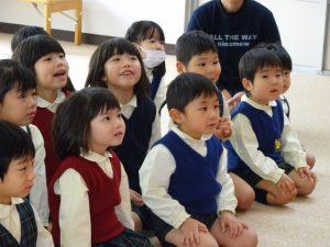 <p>何ができるのかな?<br />年少さんたちはワクワクしながら見ています。<br />年長さんは笑顔で見ています。心の中で「あれかな?」「これかな?」と<br />思っているのかな?</p>