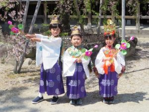 <p>稚児衣装で歩いたよ。<br />今年も佐賀市仏教会の花まつりに参加しました。<br />年中さんと年少さ…</p>