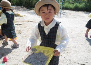 <p>ぼくも、もう平気だよ。<br />砂遊び、楽しいよ。「見て、見て!お砂たくさん集めたよ。」<br />あっ!頑張って自分で帽子かぶったんだね。偉いね。 (*^^)v</p>