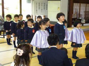<p>お兄さん、お姉さんが入園式の歌を歌って、新入園児を歓迎しています。<br />ほとけの子ども私たち♪~<br />今日からみ仏さまが見守ってくださるなか、先生やお友だちと元気いっぱい遊びます。</p>