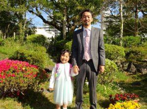 <p>妹と一緒に、一年間若楠幼稚園で過ごしましたね。<br />しっかり者のお姉さんなので小学校でも安心できますね。<br />入学の報告、お父さんの方が嬉しそうですね。 (*^_^*)</p>