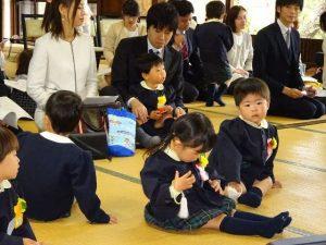 <p>いよいよこれから入園式が始まります。<br />子どもたちもリラックスしているようです。<br />思い思いに過ごしていますね。(*^_^*)</p>