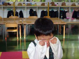 <p>「泣いてるの?」<br />「泣いてない! 泣いてないよ!!」<br />と一生懸命に涙を隠す新入園児。<br />2年前の3月はお兄ちゃんの卒園式では陽気にハンガー配っていたのにね・・・</p>