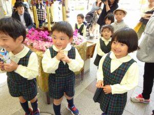 <p>甘茶をかけたり、飲んでみたり。<br />これからアーケードを歩くよ。<br />若楠幼稚園のお友だちはよくお散歩に行くから、歩くの上手だよ。(*^^)v</p>
