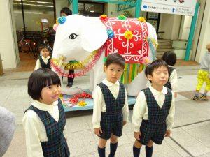 <p>「あっ!象さんだ~」<br />「なんで象さんがいるの?」<br />「象さんも一緒に歩くの?」<br />どうしてかな~ みんなで調べてみようね。</p>
