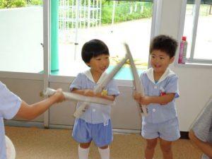 <p>新聞を丸めた棒。あれ?使い方が違うみたい?<br />でも、こんな使い方も楽しいね!<br />何でも遊びに変えてしまう子どもたち。もも・つぼみさんなのにすごいね!(^-^)</p>