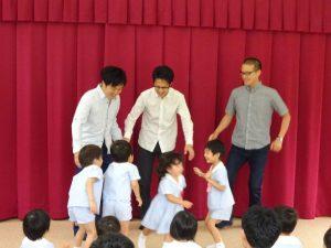 <p>これからお父さんと活動開始!<br />その前に、お友だちのお父さんとも仲良しになるよう、「誕生児なかま」を踊りました。<br />お友だちは元気なのに、お父さんたちは恥ずかしそうでした。<br />主任の先生に「やり直し~」( `ー´)ノと言われ、気合が入ったお父さんたち。<br />でも、子どもたちとどうやって踊ったらいいの? オドオドする様子が見られます。( *´艸`)</p>
