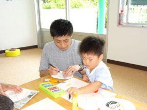 <p>初めての幼稚園行事。<br />いつも元気いっぱいの男の子も、お絵描きを楽しんでいます。<br />お父さんは緊張した表情に見えます。何でも回数、お父さんも早く幼稚園に慣れてくださいね。(*^-^*)</p>