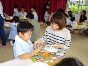 <p>お父さんはどうしても抜けられないご用事が・・・<br />今日はお母さんと頑張ります。<br />幼稚園の行事参加はお母さんはお手のもの。お友だちも安心して製作できているようです。</p>