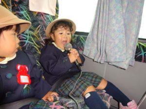 <p>CDに合わせて歌の時間です。<br />「歌ってくれる人~」<br />「は~い、私が歌います。」<br />可愛い口を大きく開けて必死に歌っています。<br />「頑張ってるわね~。次は私が歌うわよ!」と隣の女の子が見ています。</p>