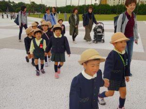 <p>お兄さん、お姉さんが、手をつないで歩いてあげるのが若楠幼稚園。<br />上手に歩けるから、お母さんたちは笑顔で、おしゃべりを楽しみながら歩けます。</p>