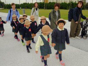 <p>マリンワールドについ来ました。<br />バスから降りて、仲良く並んで歩きます。<br />お散歩大好きな若楠幼稚園のお友だちは、<br />どこに行っても歩きはとっても上手です。</p>