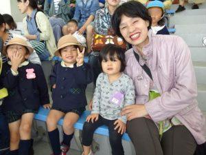 <p>お母さんは具合いが悪くなって、今日はおばあちゃんに来てもらいました。<br />妹も一緒です。<br />元気な子供たちのお世話は大変でしょう。<br />おばあちゃんの笑顔からは、<br />お孫さんと一緒の遠足を満喫してあることが伝わってきます。(*^-^*)</p>