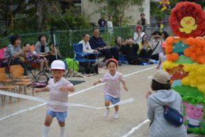 <p>満3歳児さんのかけっこ。<br />おけいこの時は競争心があまりなく、仲良く走る姿がありました。<br />運動会ではおうちの方の応援が力になったようで、一生懸命走りました。</p>