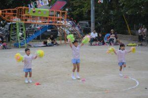 <p>ふじ組さんの遊戯「スマイル」<br />仲良しの3人がカラフルな可愛いポンポンをもって、<br />大きな動きに園庭が狭く感じるほど元気いっぱい踊りました。<br />幼稚園最後の運動会に花を添えてくれました。(^_^)v</p>