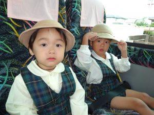 <p>僕たちつぼみ組。<br />初めてのバス遠足に、キョトンとしています。<br />お兄さんやお姉さん組が歌ったり、クイズをして楽しんでいる様子を見ていると、<br />僕たちも楽しくなった来ました。<br />でも、カメラを向けられると「きんちょう~」します。</p>