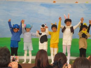 <p>ひとり一人がなりたい動物を演じています。<br />お稽古するうちに、みんな役にピッタリはまっているところが見所でした!<br />衣装もキャストも先生方は大満足でした。</p>