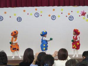 <p>お遊戯のトップバッターは、つぼみ組さんの「ドコノコノキノコ」<br />可愛いキノコに変身した三人の男の子たちが仲良く踊りました。<br />初めてのお遊戯会。でも、堂々と踊っています。</p>