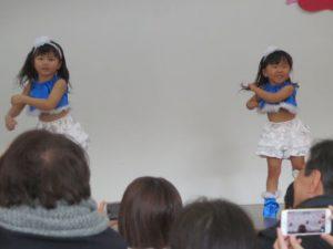 <p>ブルーと白の衣装で爽やかに踊りました。<br />躍動感ある動きがいいですね。(*^-^*)<br />「おゆうぎ、楽しい~。」ノリノリ感が伝わってきますね。</p>