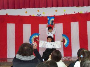 <p>最後のポーズもバッチリ!(^_^)v<br />途中は花吹雪も舞い。NHKホールのようでした。<br />舞台袖では、両サイドに扇風機を抱えた先生たちが、とても寒そうでした。(&gt;_&lt;)</p>