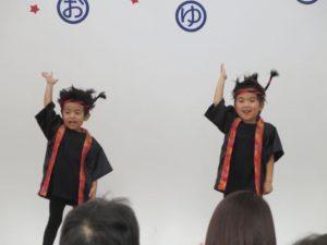 <p>もも組男子のカッコいい遊戯「ソーランブギウギ」<br />男の子なのに可愛い4人組が、ハチマキをキリリと締めて「ヘイ!いらっしゃい」<br />いや、ソーランブギウギのカッコいいポーズです。<br />体を大きく動かして、力強い踊りでした。</p>