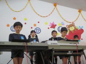 <p>プログラム1番「喜びの歌」<br />さあ、お遊戯会のオープニングの合奏が始まりました。<br />指はよく動くかな?<br />たくさんの人に見られ、ドキドキしながら一曲目を演奏しました。</p>