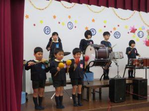 <p>二曲目は、「宇宙戦艦ヤマト」<br />先生方のキーボード演奏に合わせ、リズムを刻みます。<br />いつものバスドラムやスネアドラムの他にマスカラやギロの音も加わり、<br />楽しく合奏できました。</p>