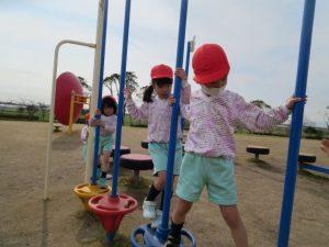 <p>列を作って順番に進みます。<br />若楠幼稚園のお友だちは、みんななかよし。<br />ルールを守るのは、とっても得意です。<br />みんな上手に渡れていますね。(*^-^*)</p>