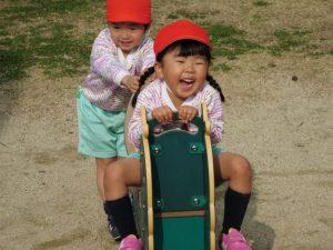 <p>「楽しいよね~ 押して、押して~」笑顔が素敵。<br />「いくよ~ よいしょ、よいしょ」つぼみさんなのに力強いね。</p>