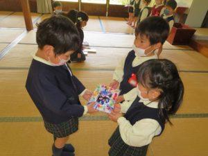 <p>明日の卒園式に、在園児さんは参加できなくなりました。<br />「ふじぐみさん 仲良く遊んでくださって、ありがとうございました。」<br />心を込めて可愛いフォトフレームを作りました。</p>
