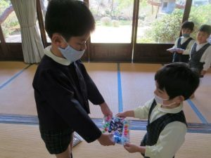 <p>「ありがとう。上手に出来てるね!」<br />年少さんも心を込めて、おしゃれなフォトフレームを作りました。<br />各クラス、プレゼントを通して子どもたちの成長が伺えます。</p>