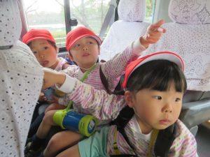 <p>初めて行く「お別れ遠足」<br />ジャンボタクシーに乗り込んで、いよいよ出発です。<br />さっそく、窓の外に何かを見つけたようです。<br />「ほら、あそこ見て見て~」<br />「どこ?」<br />「あそこのこと言ってるのかな?」</p>