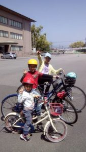 <p>小学校も幼稚園も再開まであと3日!<br />今朝は一足先に開放された施設に来ています。<br />まだ最初のこぎ出しと、ブレーキの使い方を覚えていないので、アラレちゃんに出てくる「オートバイ小僧」のように、広い所でひたすらごいごいごいで自転車こいでます。<br />我が家の庭でもある、ここSAGAサンライズパークは今日から利用可能になりました!<br />高校生が早速練習を始めていて、活気づいて嬉しいです。</p>