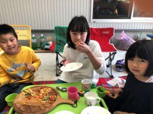 <p>GWはピザ窯で焼いて、家族ピザパーティーしました!!<br />5人で5枚食べました。<br />苦手なトマトもピザなら大丈夫。<br />***すご~い! しかも美味しそう (^^♪<br />出来上がりのピザでなく、おいしく食べているところを📷がいいですね~***</p>