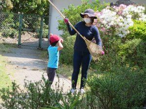 <p>昨日から日差しが強い!!<br />お掃除する先生について回って・・・<br />まるで仲良し親子のようです。<br />帽子とマスク。コロナはとっても怖いけど、紫外線対策にはグ~ (^^♪</p>
