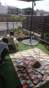 <p>長いステイホーム週間も、お父さんと大好きな野球盤・スゴロク・フリスビー等したり、<br />おじいちゃんちで過ごしたり…妹を愛で、のんびり過ごしております(^^)<br />写真はお庭でお花を植えたりしているところ。←いい感じ風写真。笑<br />*** (*^^*)私もそう思います。いい感じ!***</p>