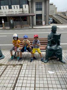 <p>今日は、大股開きで読書のポーズ!(^_-)-☆<br />銅像との撮影はお手のもの。笑いのツボを押さえています。<br />今日もお笑いの先生にご指導いただきました。</p>