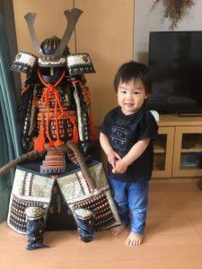 <p>カッコいい~!!<br />5月5日は端午の節句。鎧兜の方が大きいですね。<br />強く逞しく育ってほしいと、おじいちゃんやおばあちゃんからプレゼントしていただいたのかな?</p>