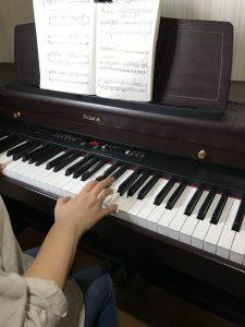<p>早くみんなに会いたくてウズウズしている、えみ先生です!!<br />みんなと歌ってるところを想像しながら「さんぽ」を弾いてるとこです!</p>