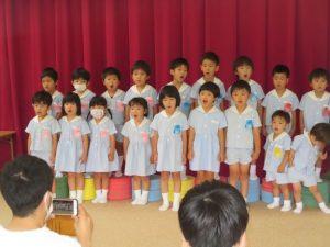 <p>おまいり・楽器作り(発表)が済んだら、今度はお歌のプレゼントです。<br />お父さん方の前で、元気いっぱい歌います。<br />小さな幼稚園は今日もみんなで力を合わせ、頑張っています。</p>