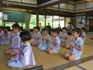 <p>若楠幼稚園の行事はおまいりで始まります。<br />今日もみんなでお勤め(おまいり)からスタート。<br />おうちの方も一緒に手を合わせます。</p>