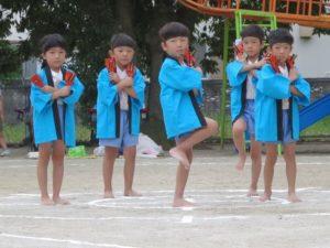 <p>ふじ組さんの遊戯「よさこいソーランロック」<br />ブルーのハッピに身を包み、ロック調にアレンジされた「よさこいソーラン」を踊りました。<br />おけいこでは恥ずかしがり屋のふじ組さんに、「切れのいい動きを!」と、子どもたち以上に担任の先生が一所懸命踊っていました。</p>