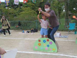 <p>こちらの親子は「熱男」のポーズ。福岡ソフトバンクホークスのファンかな?<br />お父さんは力強く拳を上げています。お友だちはちょっぴり恥ずかしそう・・・<br />ん!👀左後ろに撮影している方は、お母さん。父子の凛々しい姿を記録に収めてありますね。</p>