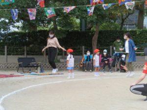 <p>うめ組さんの親子競技。スタートしたら子どもたちはでんぐり返し(前転)を上手にしました。次は、お母さんの縄跳びです。10回跳びます。久しぶりの縄跳び。息は切れていませんか?^m^</p>