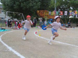 <p>毎年、ジャンボバトンを持っての全員リレー。今年はコロナで、バトンはリングバトン。<br />つぼみさんは応援に回りました。終盤はふじ組さんが走ります。<br />2人は満3歳児さんからのお友だち。幼稚園最後の運動会、力のいっぱい走ります。<br />2人ともカッコいいですね!</p>