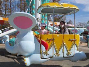 <p>お母さんと一緒に乗ったよ。お母さんの笑顔がいいですね。<br />子どもと一緒に楽しむのが、若楠幼稚園の保護者です。^m^</p>