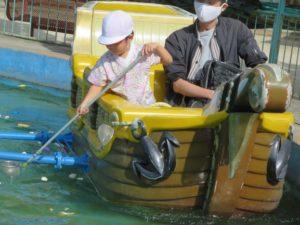 <p>この遊具は子どもたちの大人気!<br />夢中になって魚釣り🐟 <br />これほどの集中力、見たことがありません。<br />お父さんは、余裕で見守っています。</p>