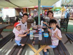 <p>家族みんなで、お弁当。今日のお弁当は何かな?<br />お日さまの下。家族みんなで食べるお弁当は、とっても、とってもおいしいね。^m^</p>